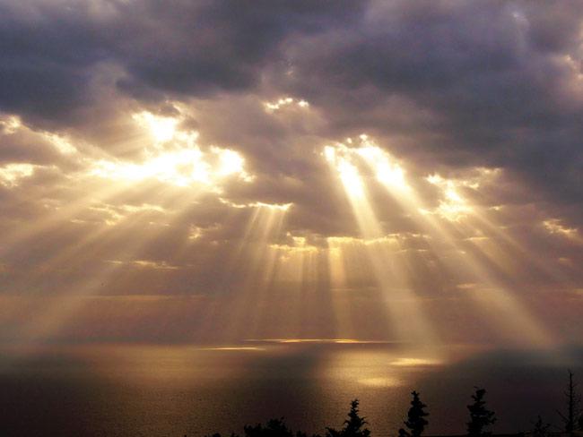 cahaya-matahari-dibalik-awan