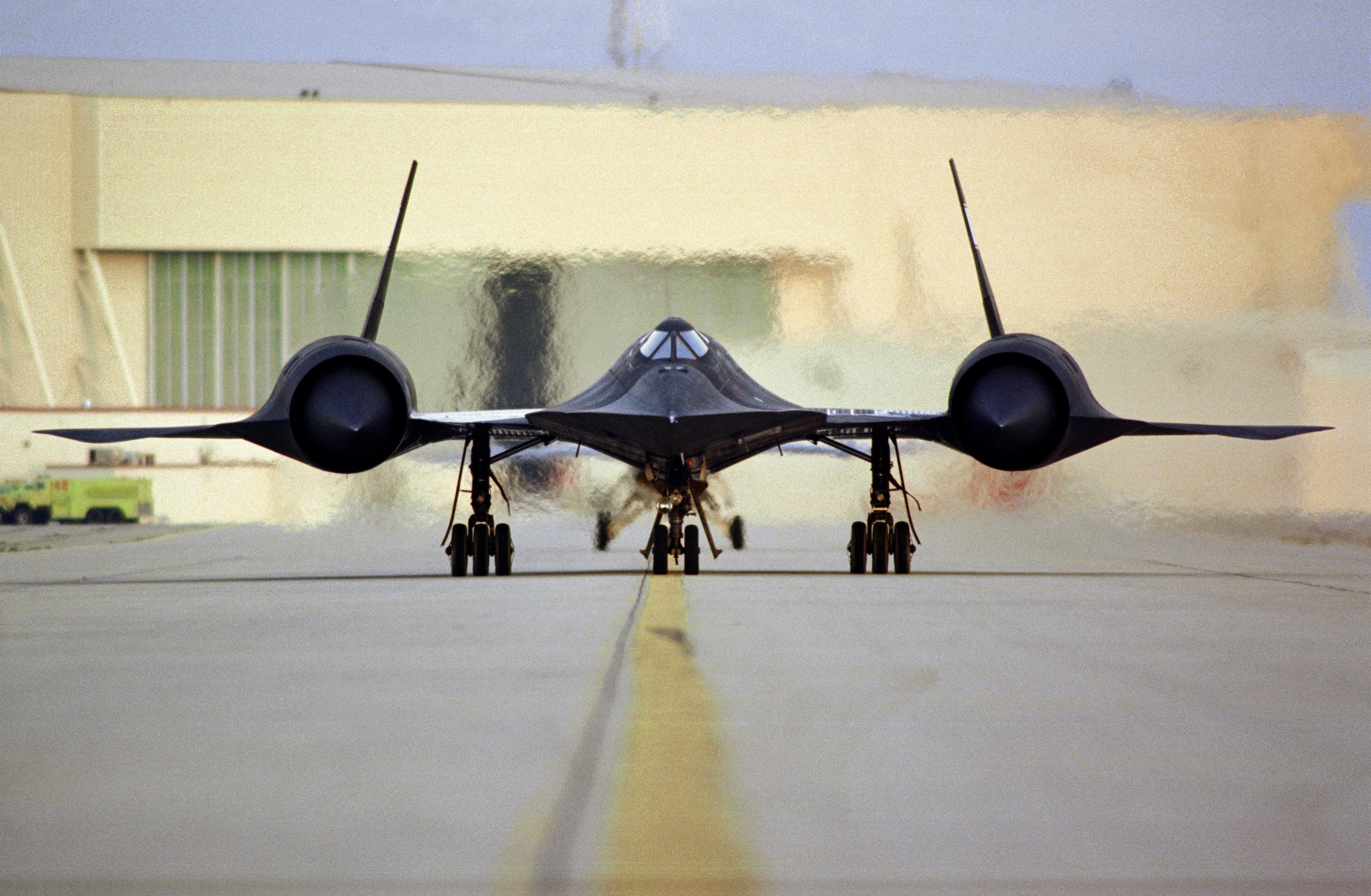 desain-aero-dinamis-SR-71-Blackbird-buatan-USA